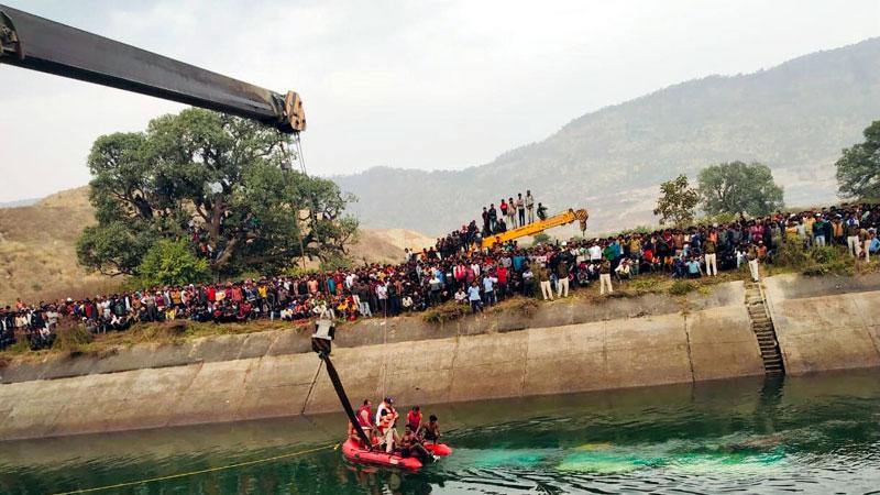 सीधी जिले में हुई बस दुर्घटना में प्रशासन द्वारा रेस्क्यू ऑपरेशन चलाया गया