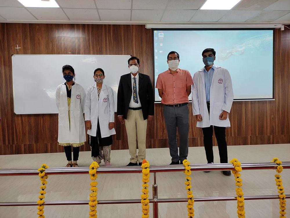 नवप्रवेशी विद्यार्थी चिकित्सक गरिमा से अवगत हुए
