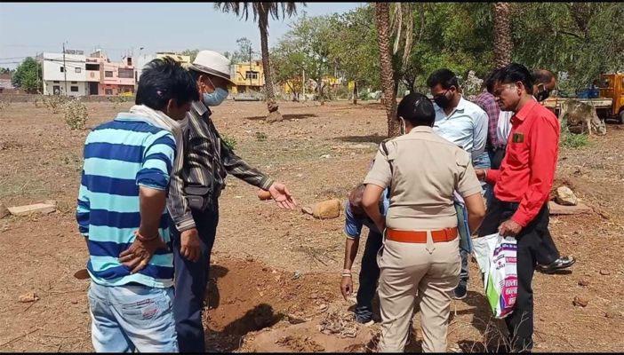 कब्रिस्तान पहुँची पुलिस, दफनाए बच्चे का शव निकलवाकर लिये नमूने